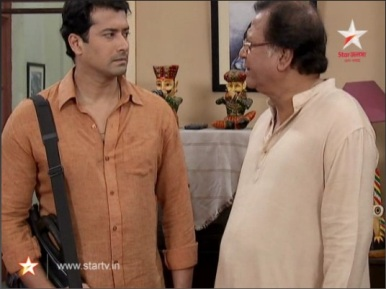 Archi confronts his Jethumoni, the head of the Mukherjee Family about his divorce