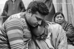 Md Aamir Khan holding Yashpal Saxena to console him. This is a significant photo, because both person are victims of religious hate, Md Aamir spent 12 years in jail without reason as false cases were put on him due to his religion. Image courtesy Sanjukta Basu